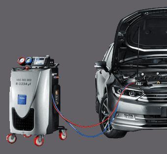 En bil der får udført aircondition service